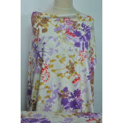 Bílý úplet s fialovými květy